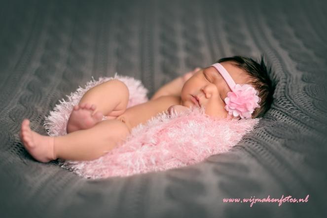 babymeisje in roze
